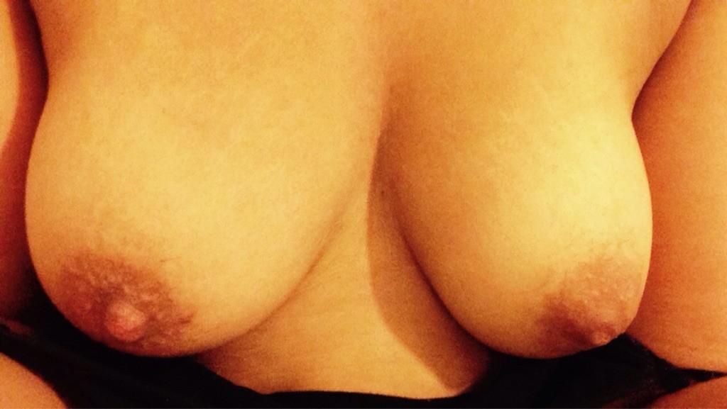 Jag är kurvig med härliga bröst och tänder på unga killar