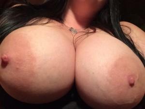 Snygg tjej med stora bröst