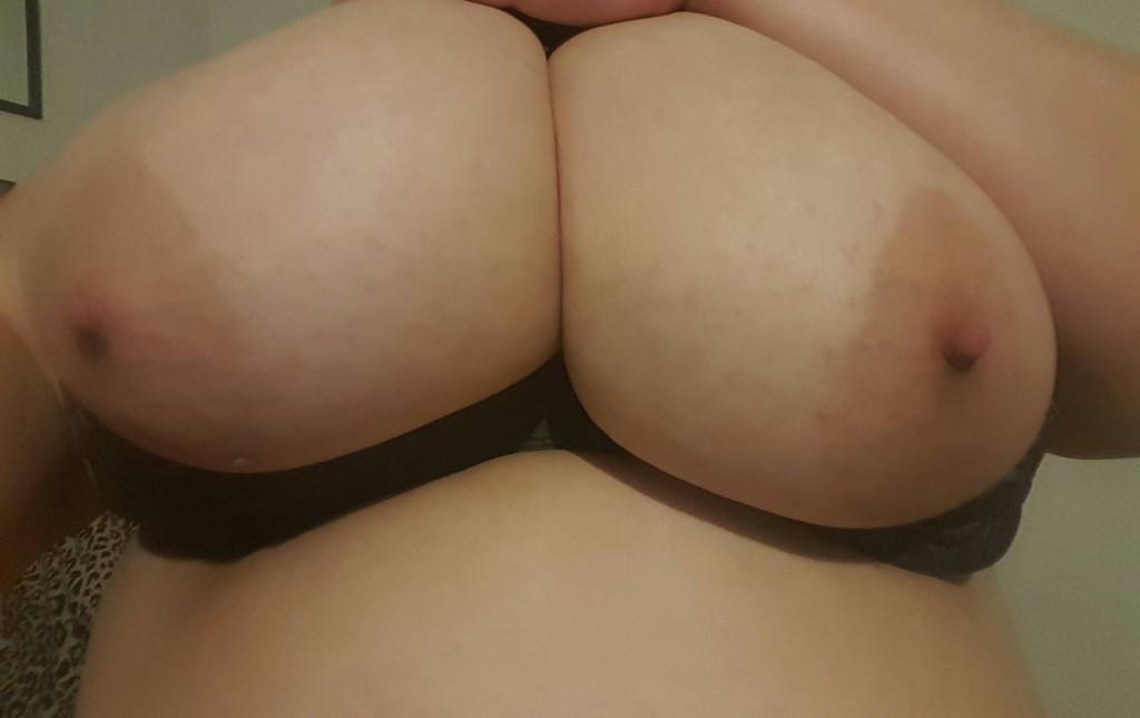 Sug på mina kåta bröstvårtor