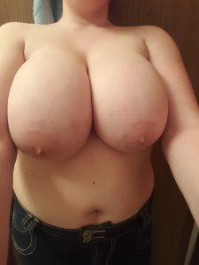 stor fnask bröst nära Västerås