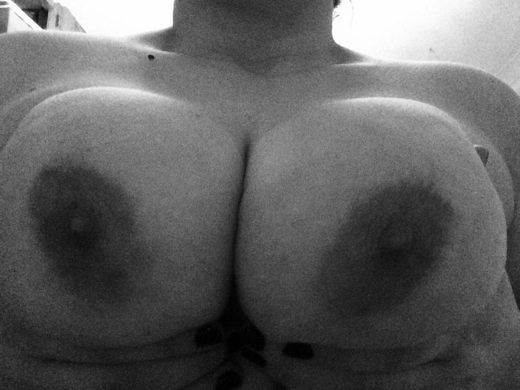 Jag älskar att få mina tunga bröst sugna!