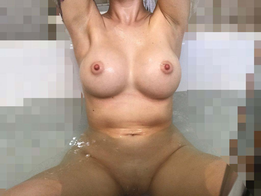 Jag har vackra bröst och vill uppleva en trekant med två män