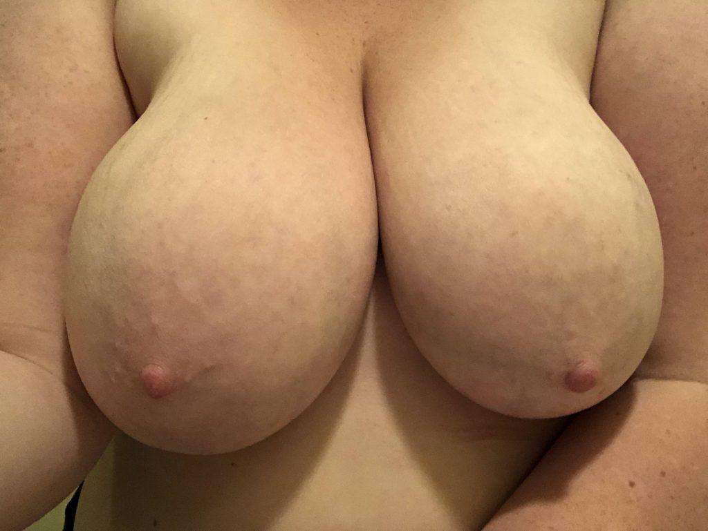 Tjej med stora bröstvårtor